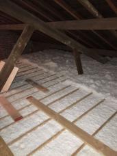 Zoldervloerisolatie-inblazen-houten-roostering-minerale-wol-West Vlaanderen